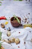 Oeufs de caille sur un tissu blanc Un bol d'épices naturelles sur un fond clair Préparation, cuisine et concept de cuisson image libre de droits