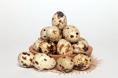 Oeufs de caille de texture frais de Pâques de plan rapproché petits dans la cuvette en bois ronde avec le textile sur le fond bla images stock