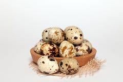 Oeufs de caille de texture frais de Pâques de plan rapproché petits dans la cuvette en bois ronde avec le textile sur le fond bla photos stock