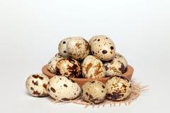 Oeufs de caille de texture frais de Pâques de plan rapproché petits dans la cuvette en bois ronde avec le textile sur le fond bla photographie stock