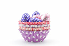 Oeufs de chocolat dans des tasses colorées Images libres de droits