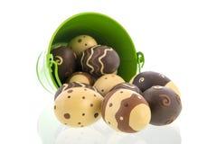 Oeufs de chocolat dans la position verte photo libre de droits