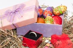Oeufs de chocolat et de poulet de Pâques dans la boîte rose dans le nid avec g Image libre de droits