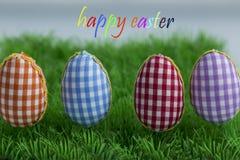 Oeufs de coloration, fond peint et bleu, vert, jaune, rouge, orange, colorée, Image libre de droits