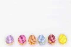 Oeufs de coloration, fond peint et bleu, vert, jaune, rouge, orange, colorée, Images libres de droits
