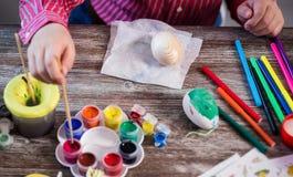 Oeufs de coloration pour l'eastertime à la maison Joyeuses Pâques ! Une mère et photographie stock