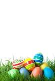 Oeufs de couleur de Pâques sur l'herbe verte photos stock