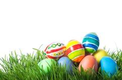 Oeufs de couleur de Pâques sur l'herbe verte photo libre de droits