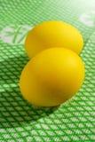 Oeufs de jaune de Pâques sur le vert Photographie stock libre de droits
