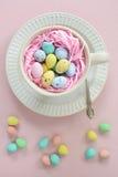 Oeufs de Mini Easter dans la tasse dans le format vertical Photographie stock libre de droits