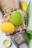 Oeufs de pâques à crochet jaunes verts Photos libres de droits
