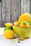 Oeufs de pâques à crochet jaunes verts Photos stock