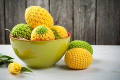 Oeufs de pâques à crochet jaunes verts Photo libre de droits