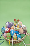 Oeufs de pâques avec des lièvres et des poulets Images libres de droits