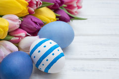Oeufs de pâques avec des tulipes Image stock