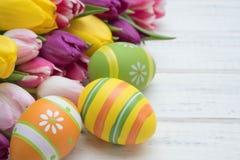 Oeufs de pâques avec des tulipes Images libres de droits