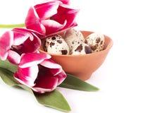 Oeufs de pâques avec des tulipes de rose de bouquet Images stock