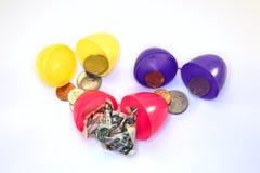 Oeufs de pâques avec l'argent à l'intérieur Images stock