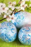 Oeufs de pâques avec la fleur fraîche photos libres de droits