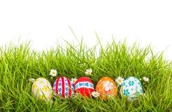 Oeufs de pâques avec la fleur sur l'herbe verte fraîche Photo libre de droits