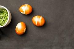 Oeufs de pâques avec la théière Images stock