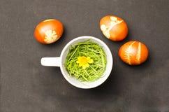 Oeufs de pâques avec la théière Photo stock