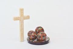 Oeufs de pâques avec le crucifix photos libres de droits