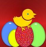 Oeufs de pâques avec le poussin jaune se tenant sur l'oeuf rouge Photo libre de droits