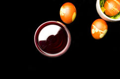 Oeufs de pâques avec le vin rouge Photographie stock