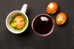 Oeufs de pâques avec le vin rouge Photo stock