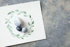 Oeufs de pâques avec les feuilles tirées par la main sur le papier Photographie stock libre de droits