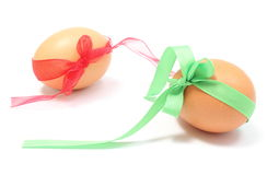 Oeufs de pâques avec les rubans verts et rouges. Fond blanc Image stock