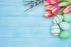 Oeufs de pâques avec les tulipes et le saule Photographie stock