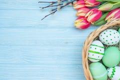 Oeufs de pâques avec les tulipes et le saule Image libre de droits