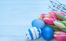 Oeufs de pâques avec les tulipes et le saule Images libres de droits