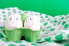 Oeufs de pâques avec les visages drôles en vert Photographie stock libre de droits