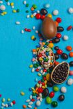 Oeufs de pâques de chocolat avec des arcs de ruban de couleur image stock