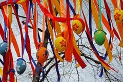 Oeufs de pâques colorés accrochant sur des rubans au ` de ressort de Moscou de ` de festival à Moscou Images libres de droits
