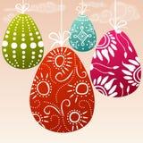 Oeufs de pâques colorés accrochants Images libres de droits