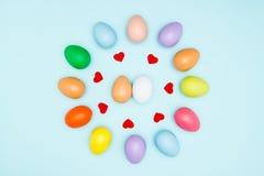Oeufs de pâques colorés autour de la forme de coeur Images libres de droits