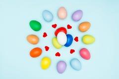 Oeufs de pâques colorés autour de la forme de coeur Photo stock