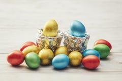 Oeufs de pâques colorés avec des supports de l'aluminium argenté Photos libres de droits