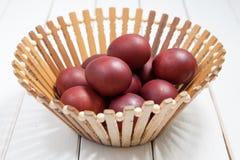 Oeufs de pâques colorés avec Joyeuses Pâques Image stock