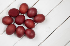 Oeufs de pâques colorés avec Joyeuses Pâques Photographie stock libre de droits