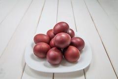 Oeufs de pâques colorés avec Joyeuses Pâques Photographie stock