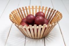 Oeufs de pâques colorés avec Joyeuses Pâques Image libre de droits