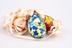 Beaux oeufs de pâques colorés avec le ruban Images stock