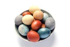 Oeufs de pâques colorés avec les peintures naturelles Image stock