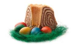 Oeufs de pâques colorés avec un potica slovène de gâteau Photo libre de droits