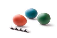 Oeufs de pâques colorés avec une doublure de cire Images libres de droits